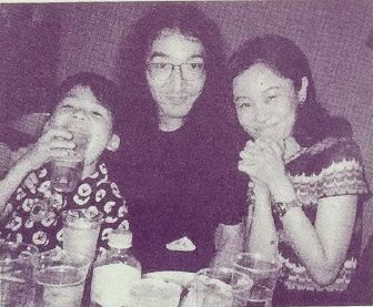 The first meeting between Yoshihiro (center) and Naoko (right) (August 1997)